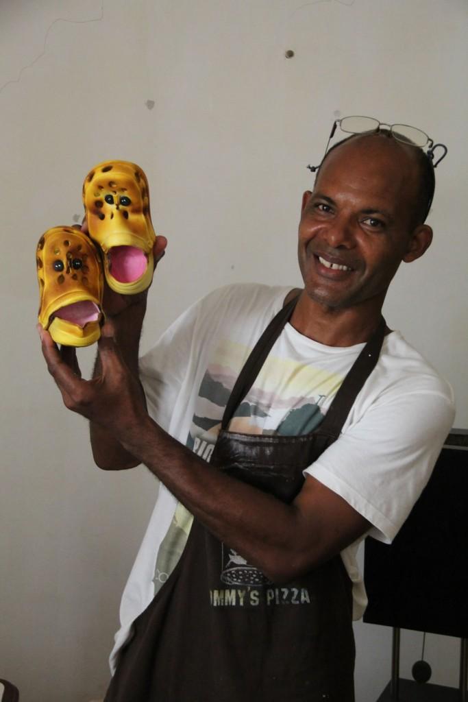 Künstler Albertino Silva zeigt seine künstlerisch gestalteten Schuhe