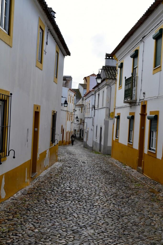 Typisch für das Alentejo-Städtchen Évora: Weiße Häuser mit gelb bemalten Fenster- und Tür-Rahmen