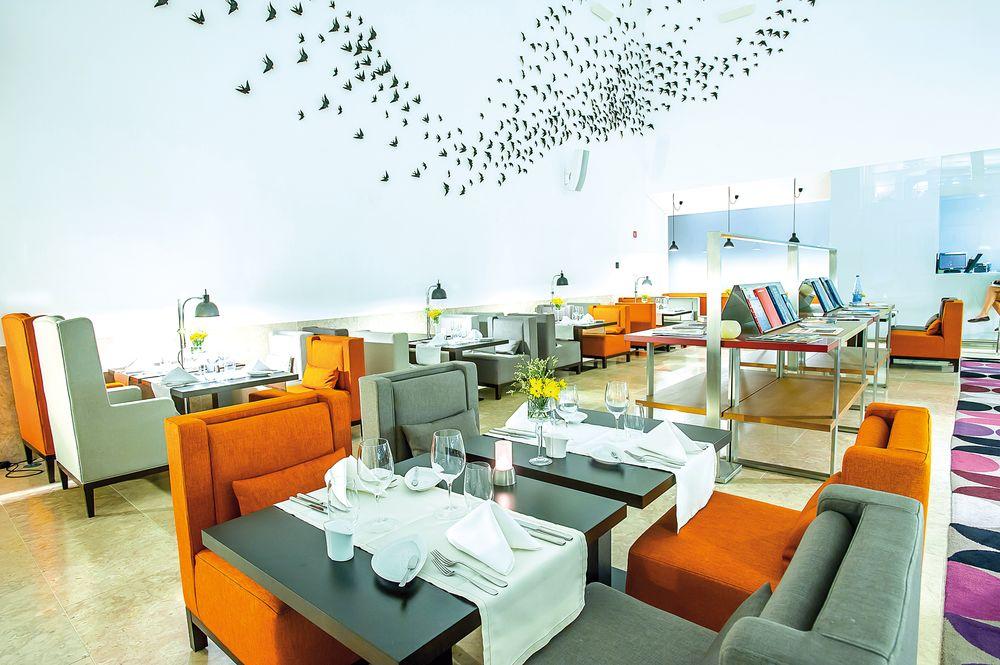 Modernes Interieur zwischen alten Gemäuern: das Restaurant der Pousada de Cascais