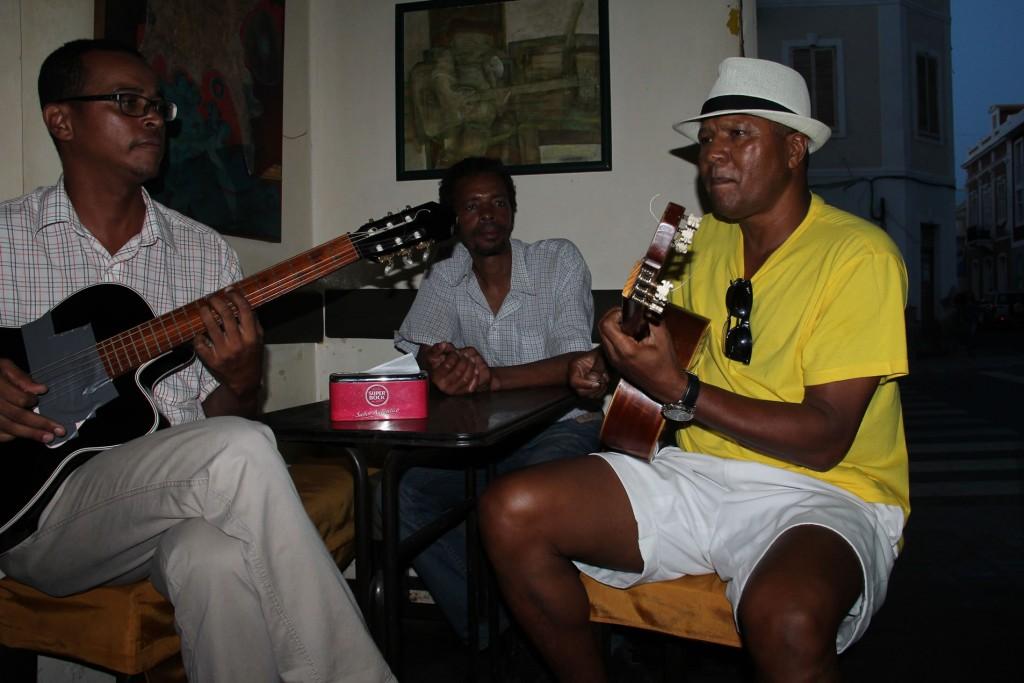 Spontanes Konzert im Café Lisboa in Mindelo, Kapverden