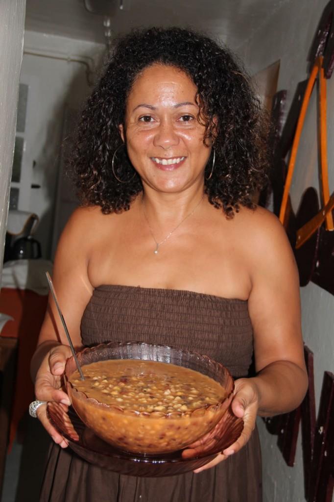 Rozy, die Ehefrau des Künstlers Kiki Lama, serviert Cachupa, das Nationalgericht der Kapverden