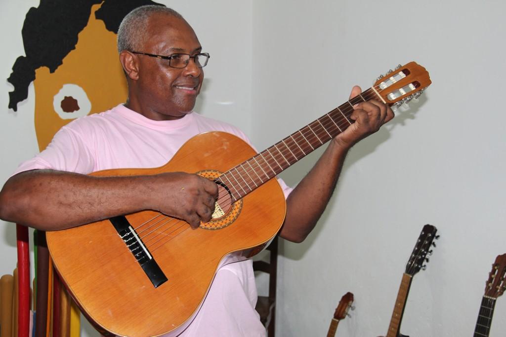 Künstler und passionierter Musiker Kiki Lama mit Gitarre