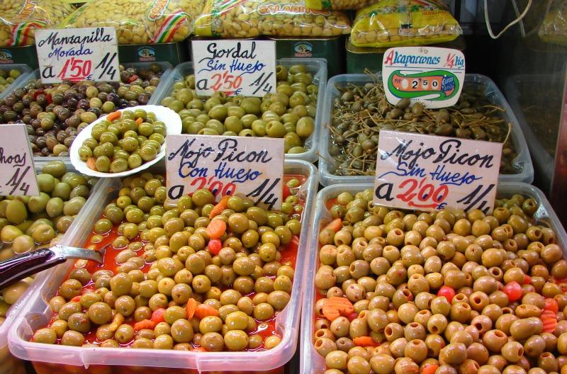 In der Markthalle von Málaga in allen Variationen zu finden: eingelegte Oliven mit Kräutern