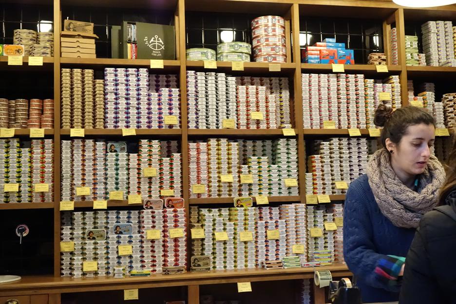 Auch soetwas ist auf dem Mercado da Ribeira zu finden: Ein Stand voller nostalgischer Sardinenbüchsen