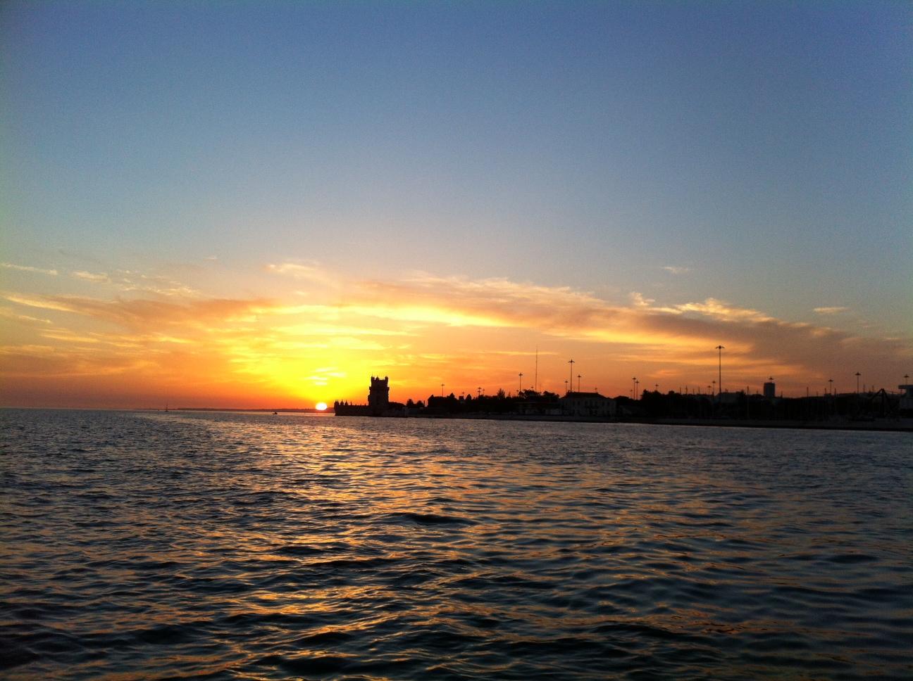 Sonnenuntergang vom Meer vor Lissabon aus