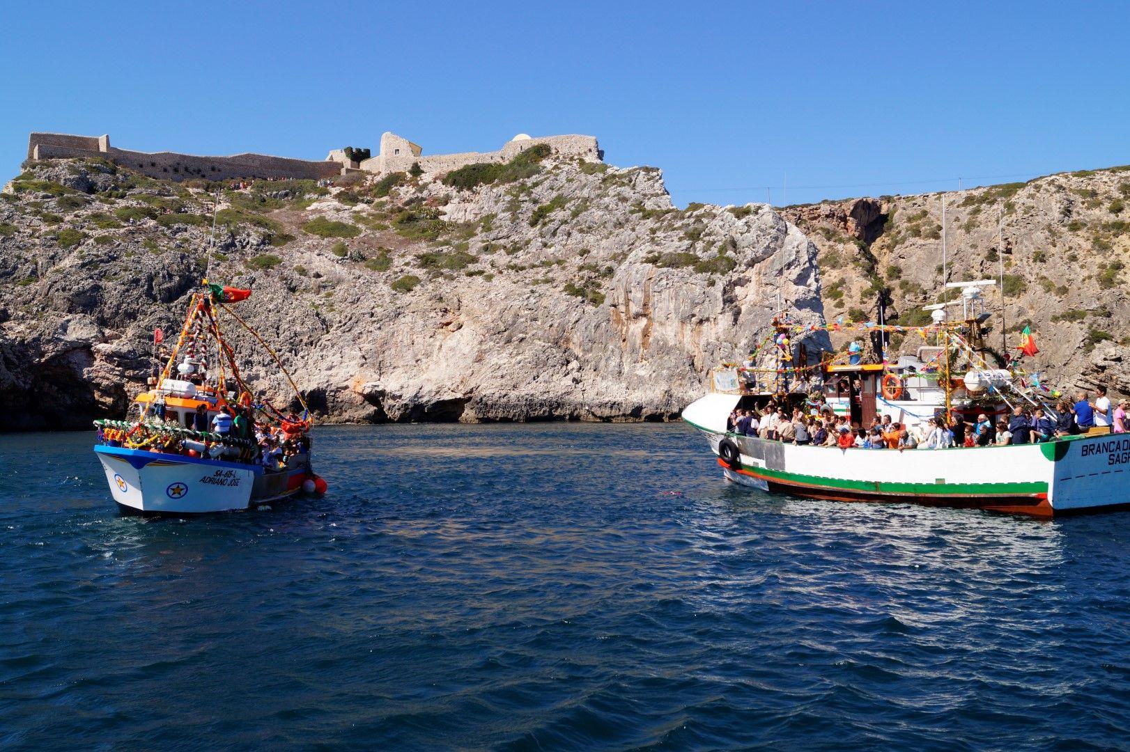 Boote der Seeprozession in Sagres vor der Küste