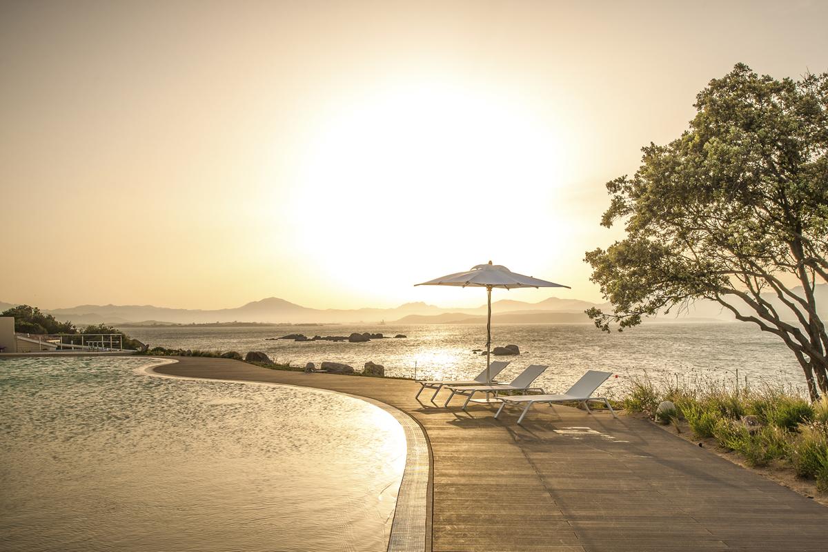 Pool und Meer im Sonnenuntergang auf Sardinien