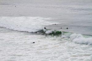 Surfer in den Wellen in Westportugal