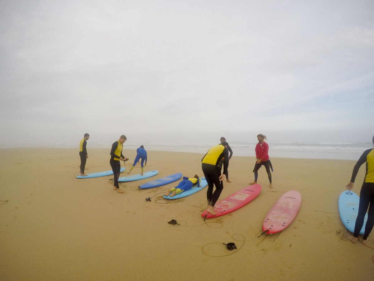 Übungen am Strand im Surfkurs Portugal