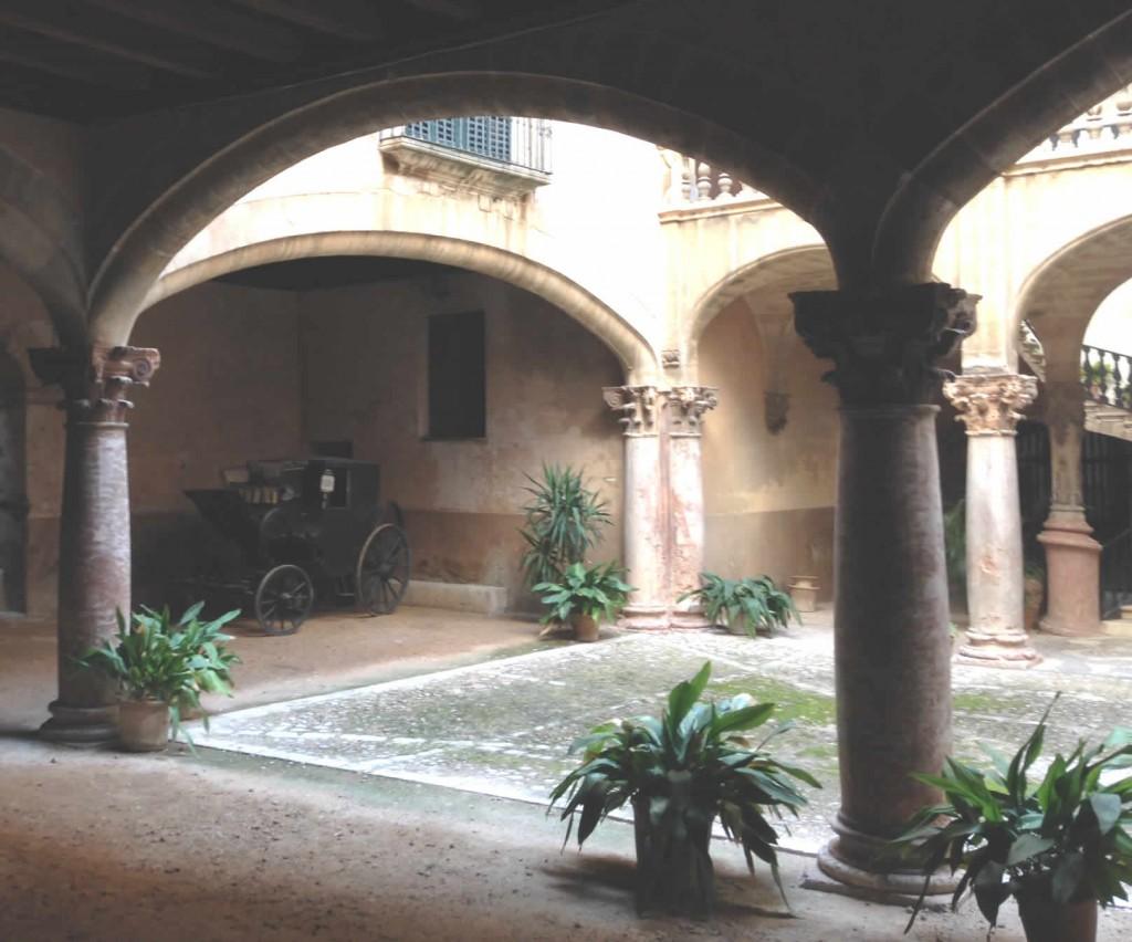 Alte Kutsche im Innenhof in Palmas Altstadt