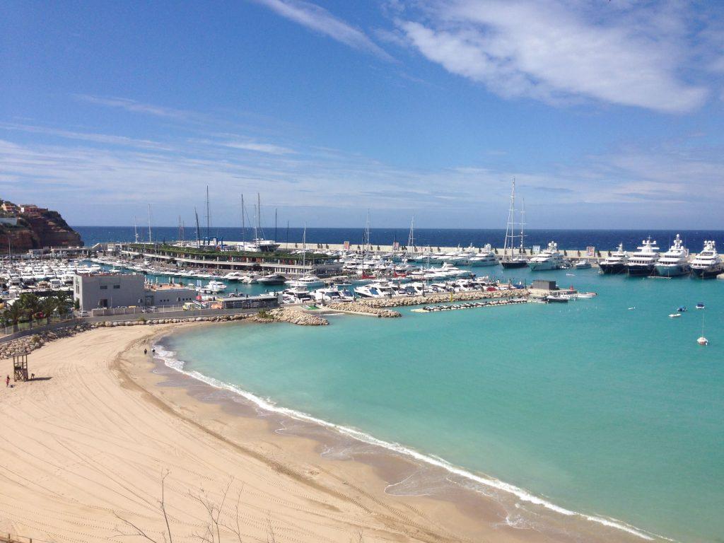 Blick auf die Super-Yachten im Port Adriano
