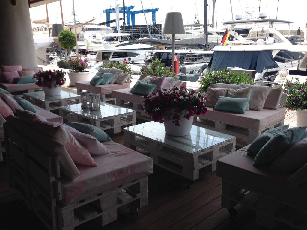 Loungemöbel im Port Adriano