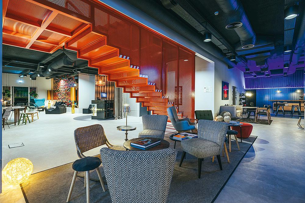 Bar und Lounge im Eingangsbereich des CR7 Hotel