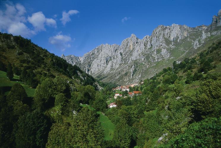 Blick auf das Bergdorf Tielve (©Turespana)