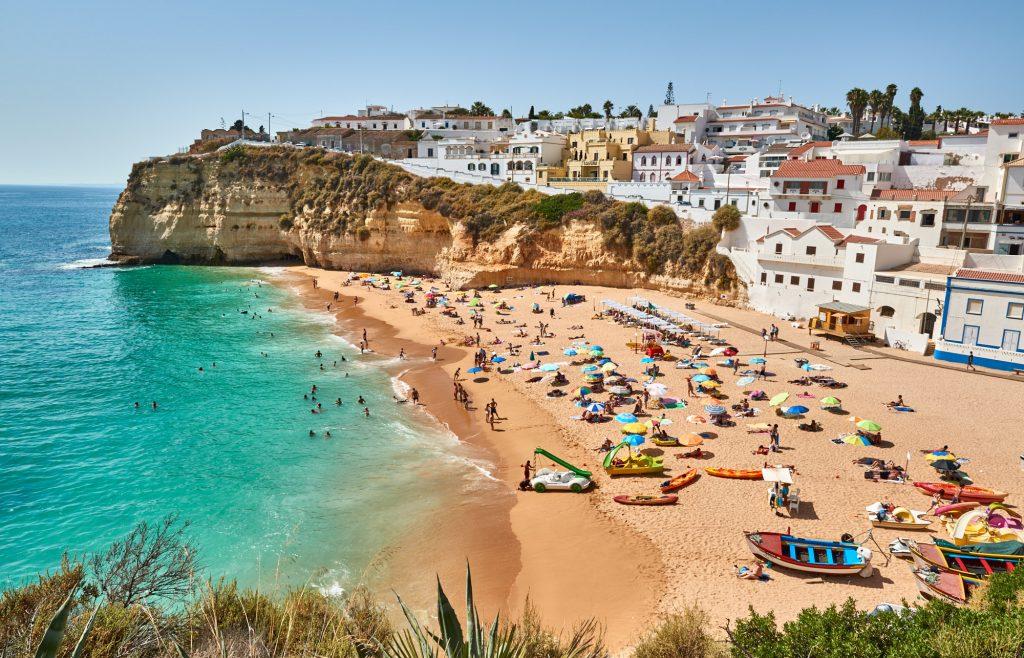 Strand Stadt Carvoeiro an der Algarve in Portugal