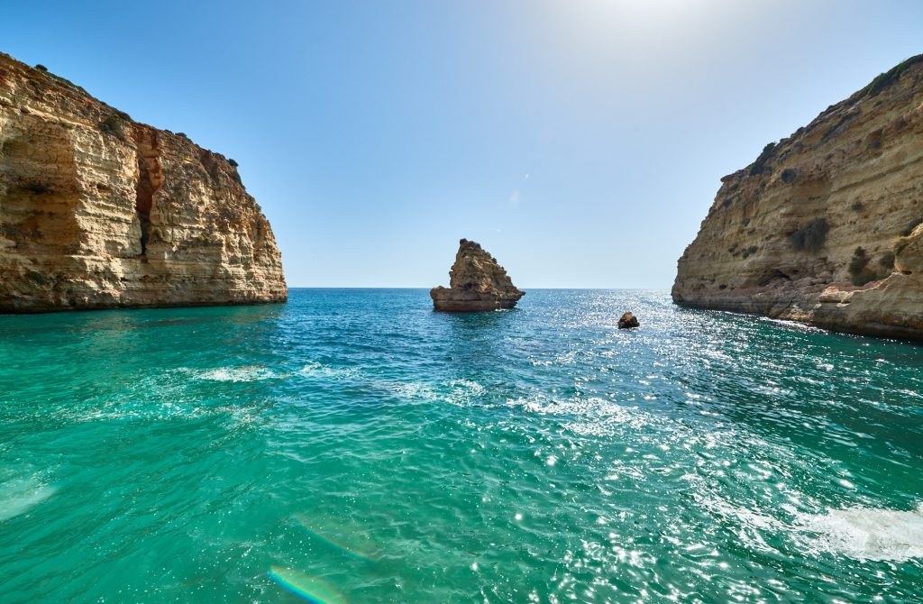 Glasklares Meer Felsenküste Algarve in Portugal
