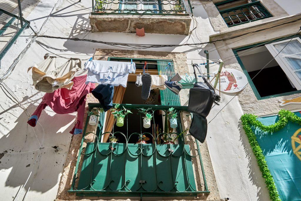 Wäsche trocknet Alfama Lissabon