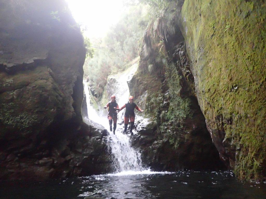 Zwei Frauen beim Canyoning auf Madeira