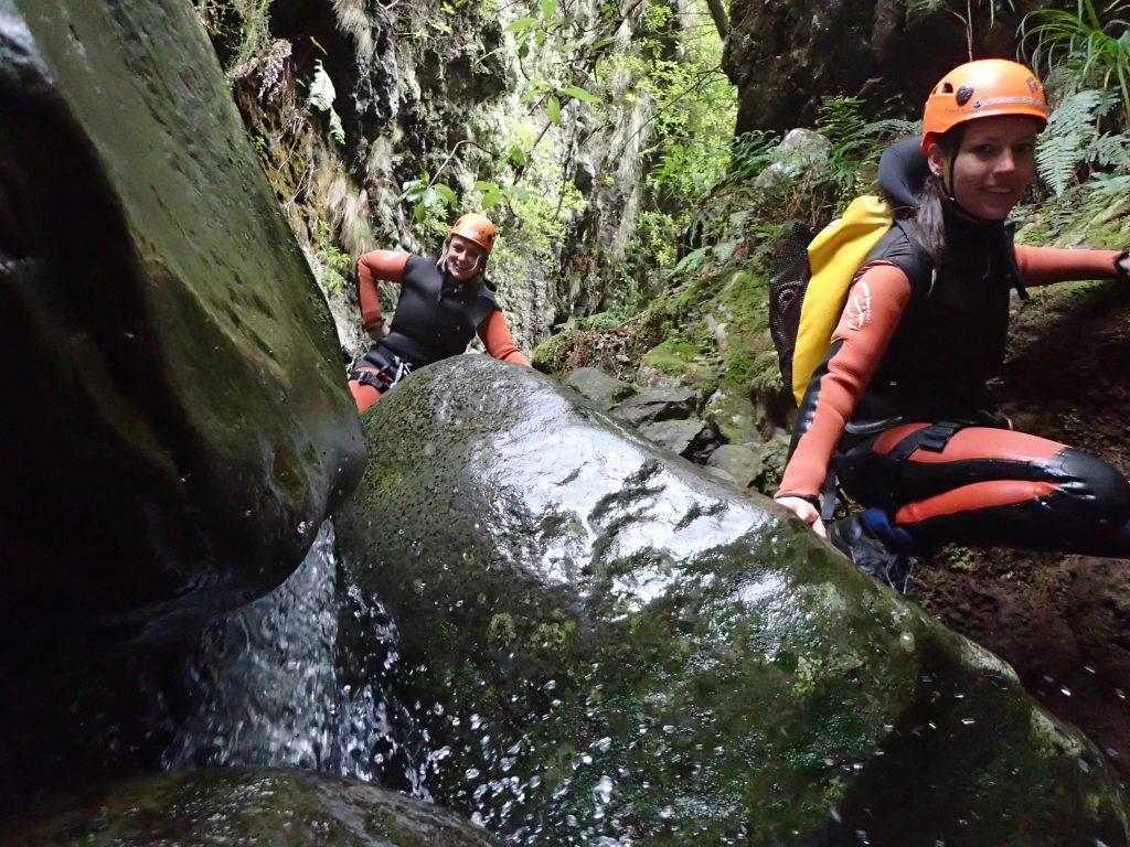 Zwei Frauen klettern in Schlucht Madeira