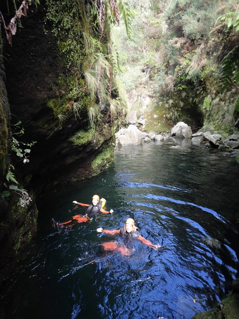 Schwimmen beim Canyoning auf Madeira