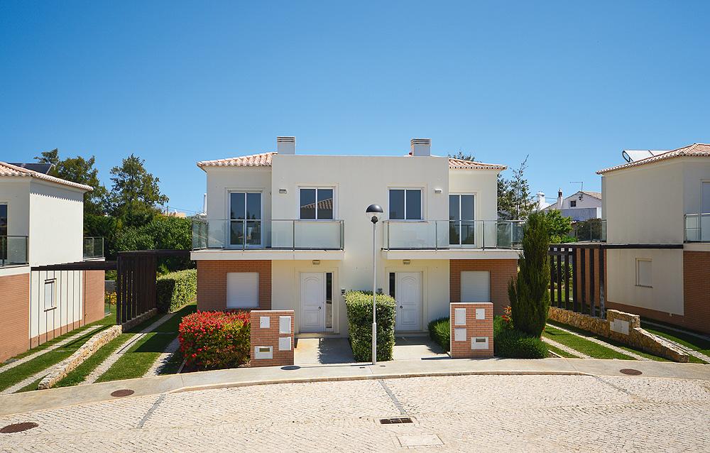 Blick auf Villas Mourim an der Algarve
