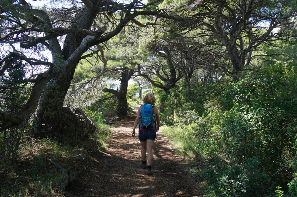 Frau auf Wanderweg in Kroatien