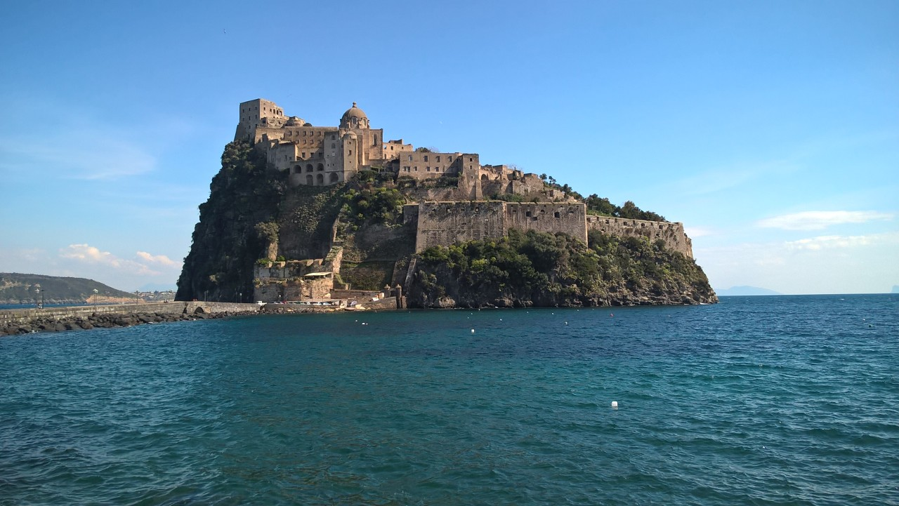 Blick auf Castello Aragonese auf Ischia