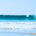 Surfer spielen in Wellen vor Fuerteventura