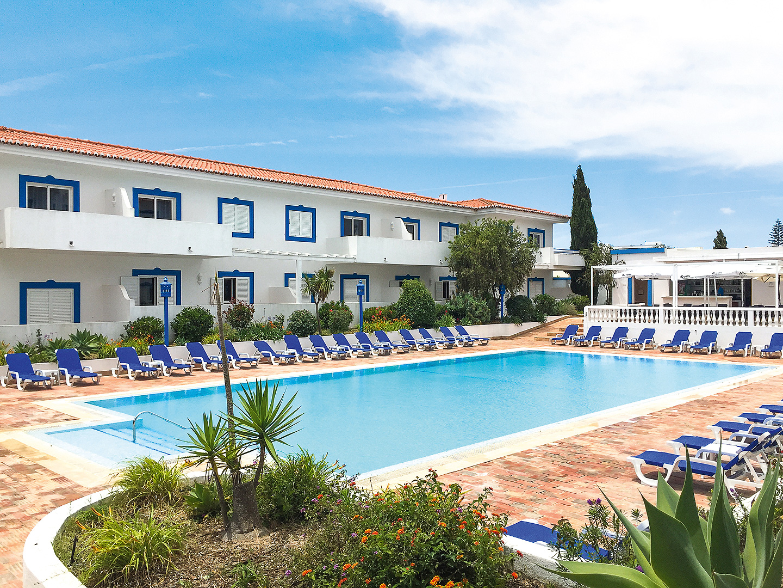 Pool und Liegestühle vor Appartements Vilabranca Algarve