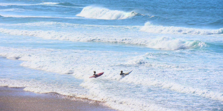 Surfer in Weißwasser Algarve Wellen