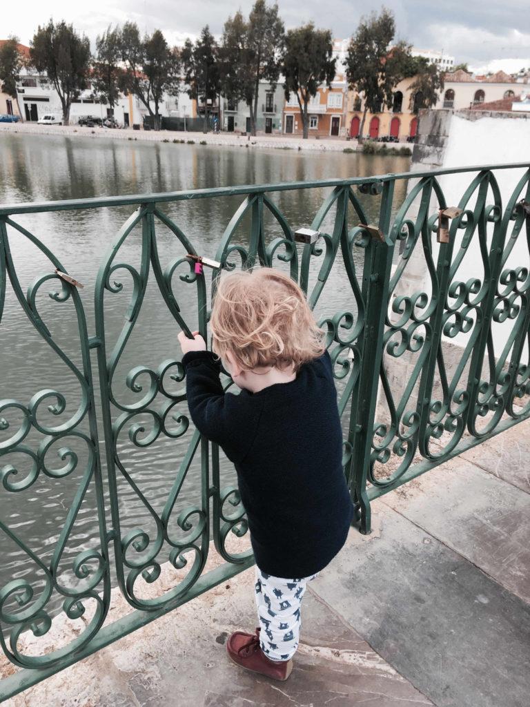 Kind auf Brücke Tavira