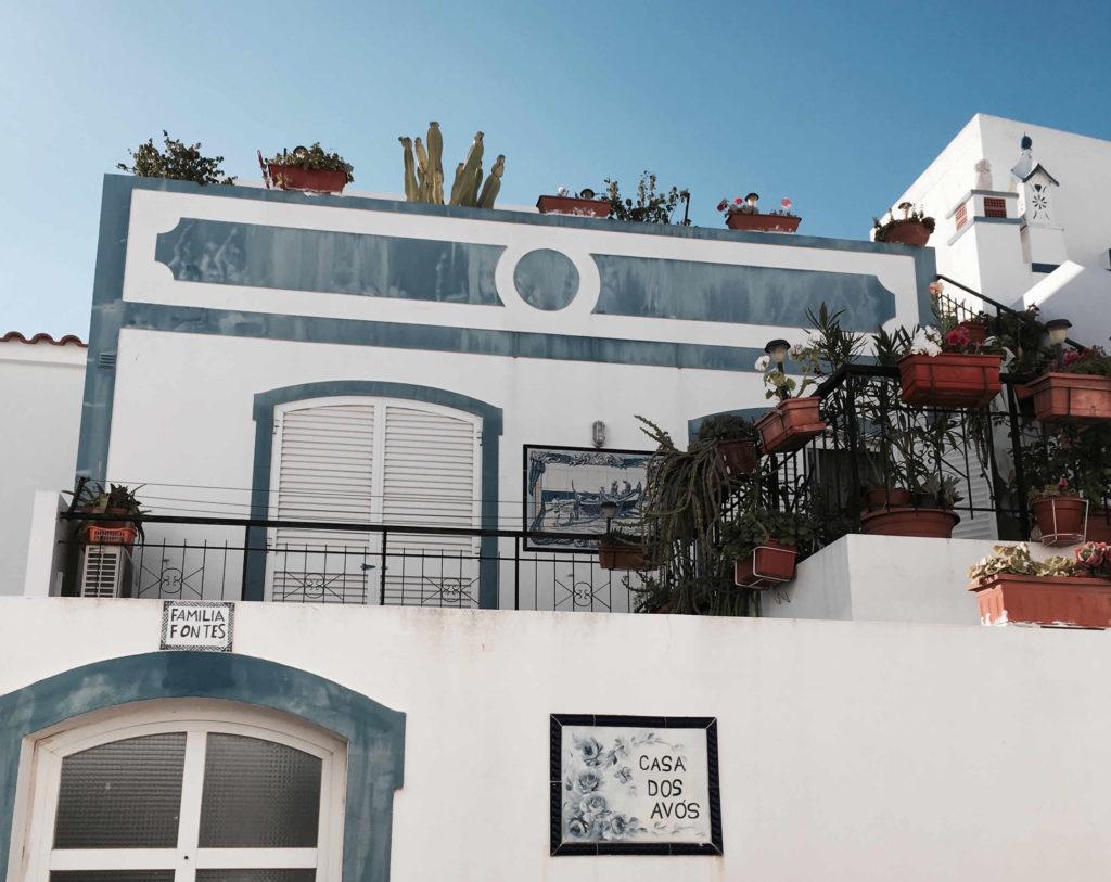 Weiße Häuser in Olhão an der Sandalgarve