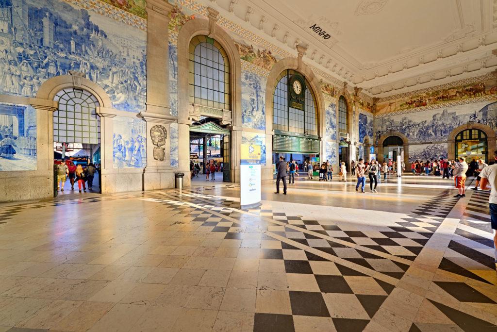 Zugabfahrt im Bahnhof Sao Bento Porto