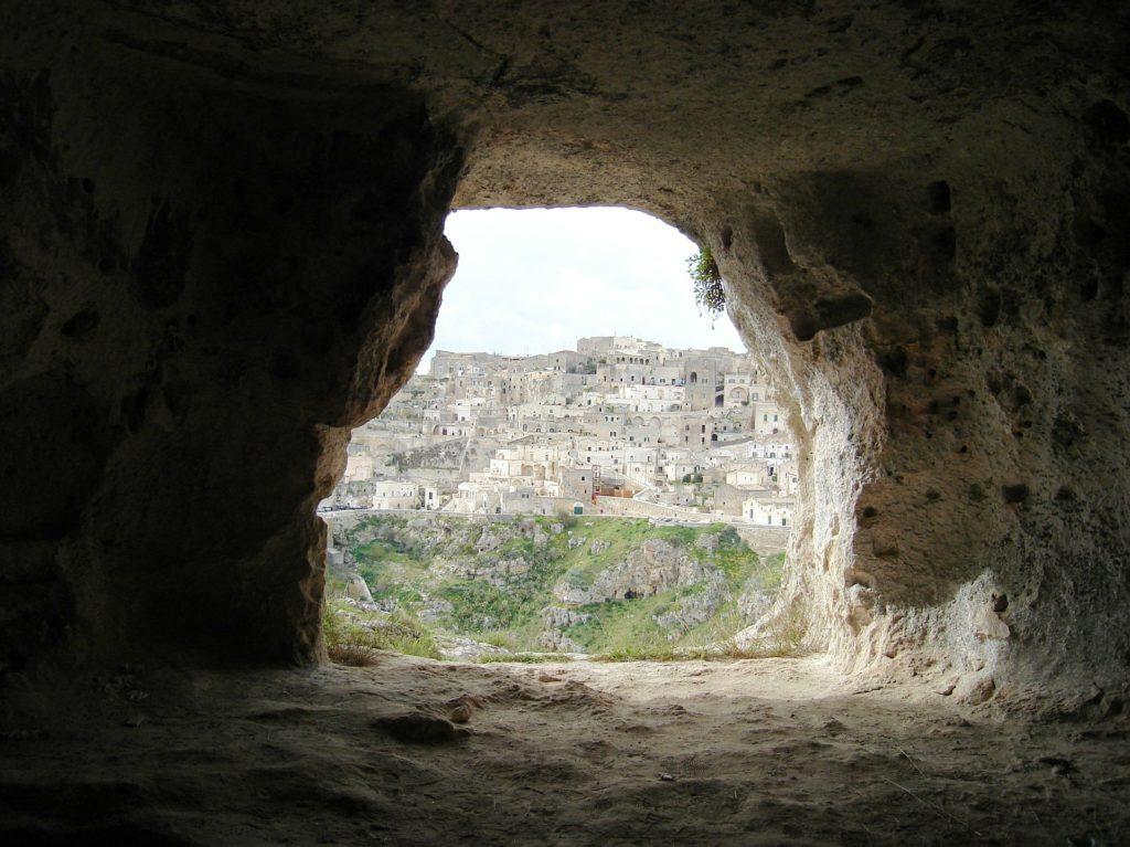 Höhle mit Blick auf Matera