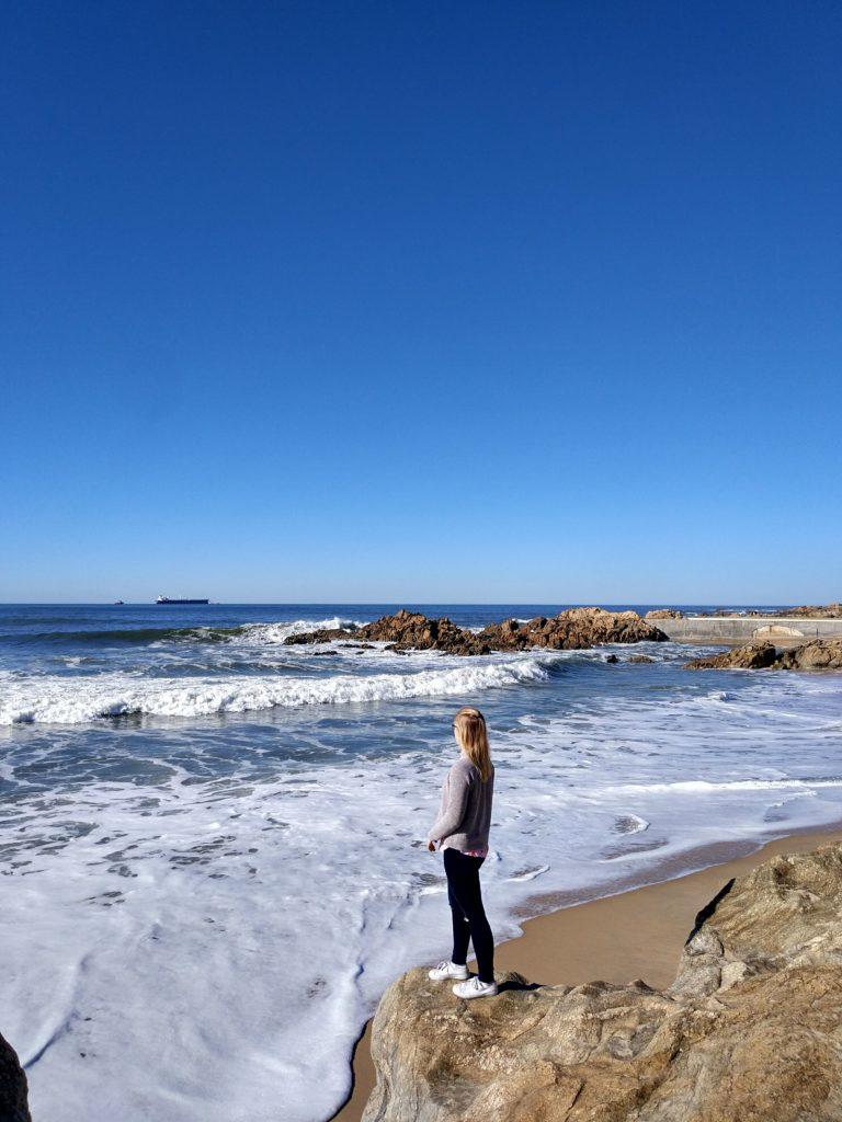 Frau am Strand von Matosinhos