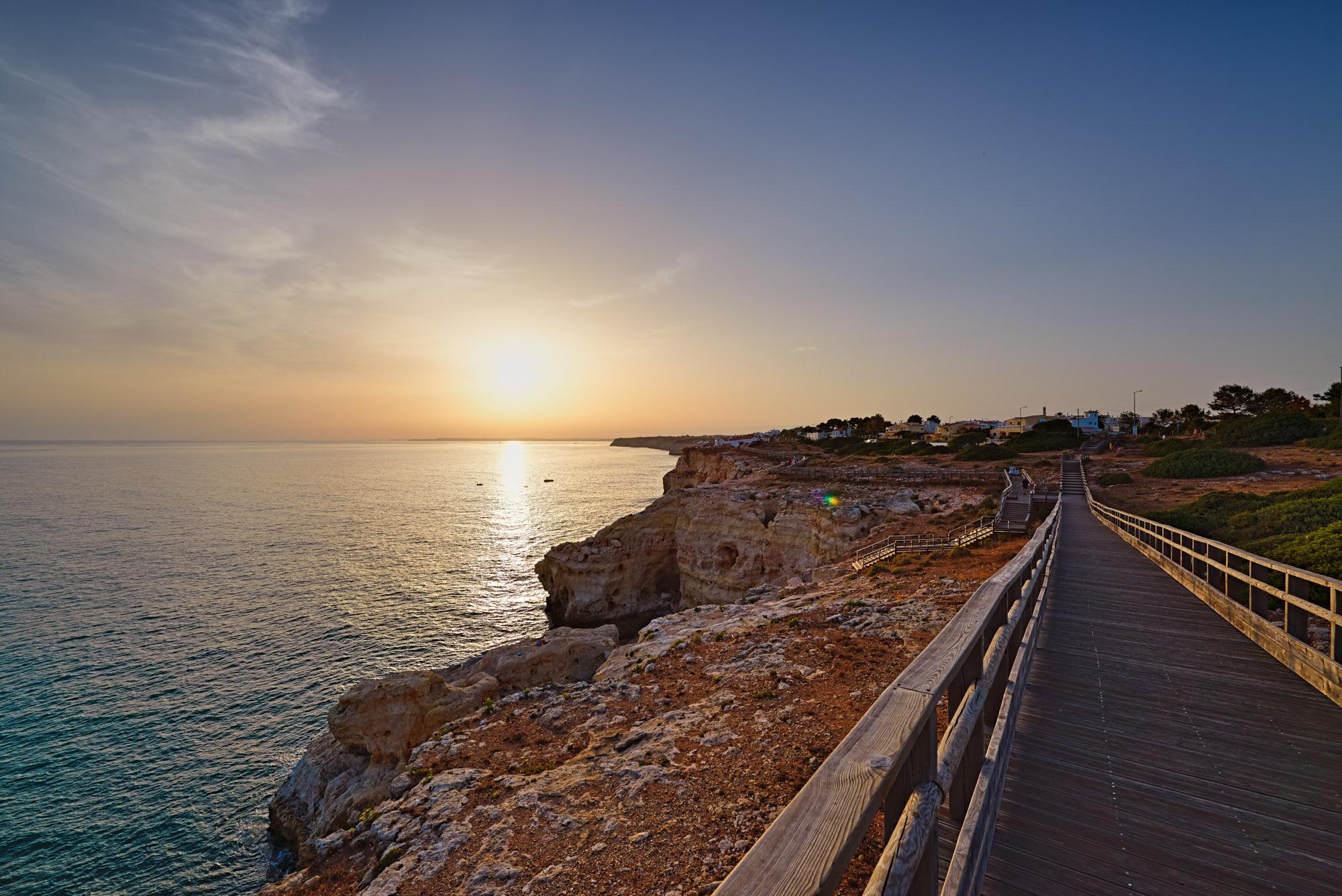 Holzsteg an der Algarveküste
