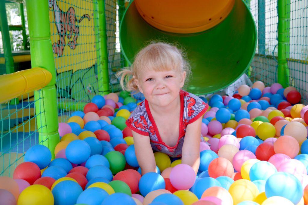 Mädchen im Bällebad Spielplatz