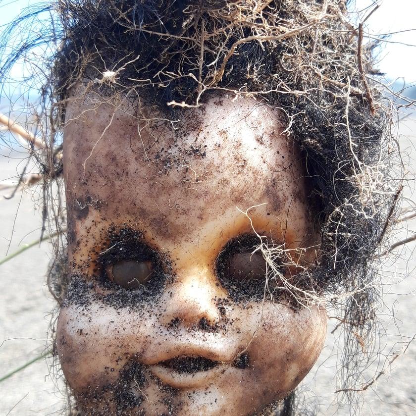 Puppenkopf am Strand