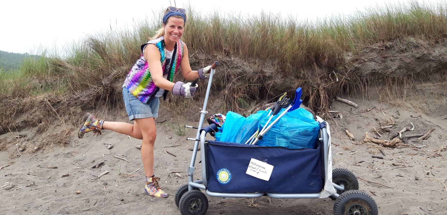 Eva mit Bollerwagen voller Müll
