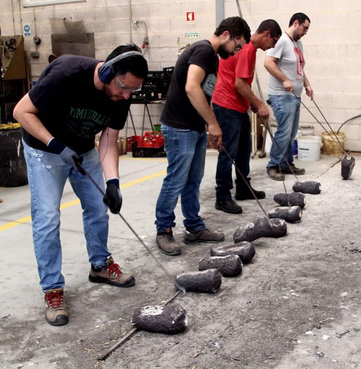 Arbeiter in portugiesischer Kuhglocken-Manufaktur