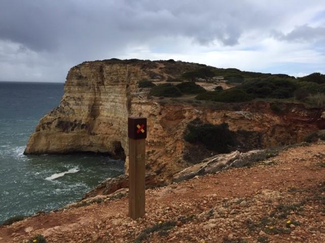 Küstenwanderung Algarve Wegweiser Weg endet