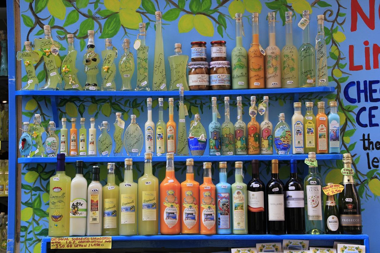 Limoncello Flaschen im Regal